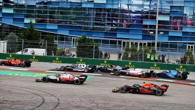 F1, GP Russia 2021: Antonio Giovinazzi e Max Verstappen nella via di fuga di curva 2 nel corso del primo giro