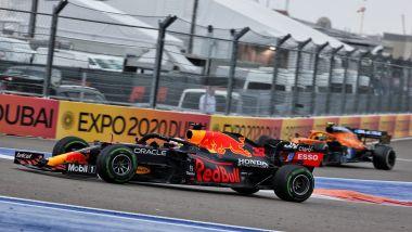 F1, GP Russia 2021: Max Verstappen supera Lando Norris, impegnato a rientrare ai box