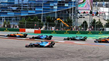F1 GP Russia 2021, Sochi: Fernando Alonso (Alpine F1 Team) taglia la prima variante al via