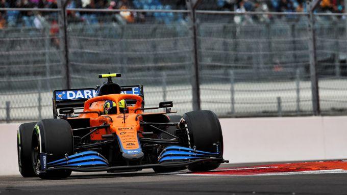 F1 GP Russia 2021, Sochi: Lando Norris (McLaren F1 Team) al comando nelle prime fasi di gara