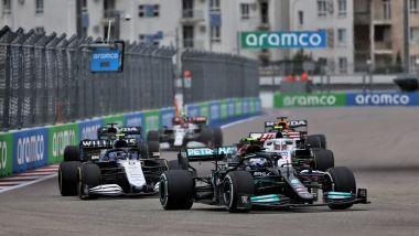 F1 GP Russia 2021, Sochi: Valtteri Bottas (Mercedes) nel traffico di centro gruppo