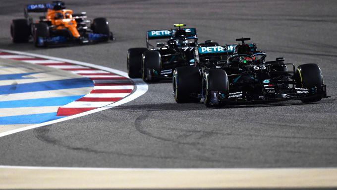 F1 GP Sakhir 2020, Manama: George Russell davanti a Valtteri Bottas (Mercedes AMG F1)