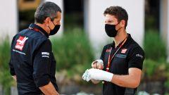 F1 GP Sakhir 2020, Manama: Romain Grosjean a colloquio con il team principal Gunther Steiner (Haas)
