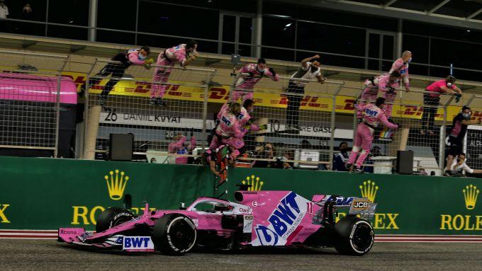 F1 GP Sakhir 2020, Manama: Sergio Perez (Racing Point F1) taglia per primo il traguardo