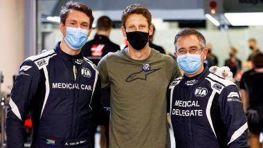 F1, GP Sakhir 2020: Romain Grosjean con Alan van der Merwe e Ian Roberts