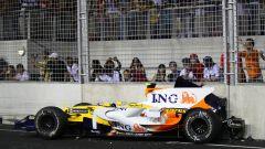 F1, GP Singapore 2008: la Renault di Nelson Piquet contro le barriere