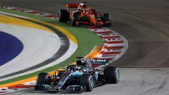 F1 GP Singapore 2018, Lewis Hamilton (Mercedes) precede Sebastian Vettel (Ferrari)