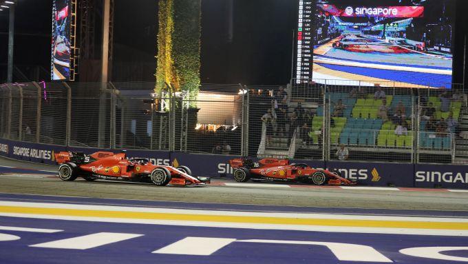 F1 GP Singapore 2019, Marina Bay: il momento decisivo, Leclerc esce dai box alle spalle di Vettel (Ferrari)