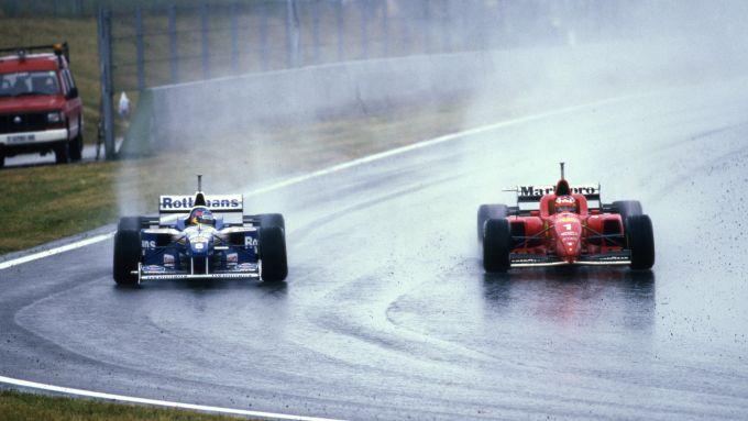F1 GP Spagna 1996, Barcellona: Michael Schumacher (Ferrari) sorpassa Jacques Villeneuve (Williams)