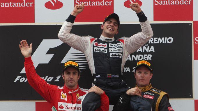 F1 GP Spagna 2012, Barcellona: Maldonado (Williams) portato in trionfo da Alonso (Ferrari) e Raikkonen (Lotus)