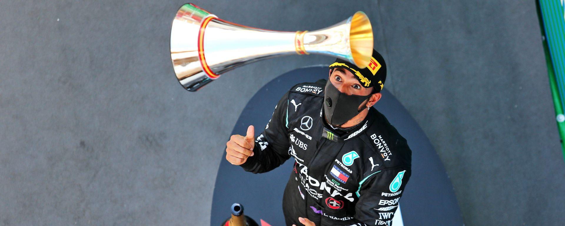 F1, GP Spagna 2020: Lewis Hamilton con il trofeo del vincitore