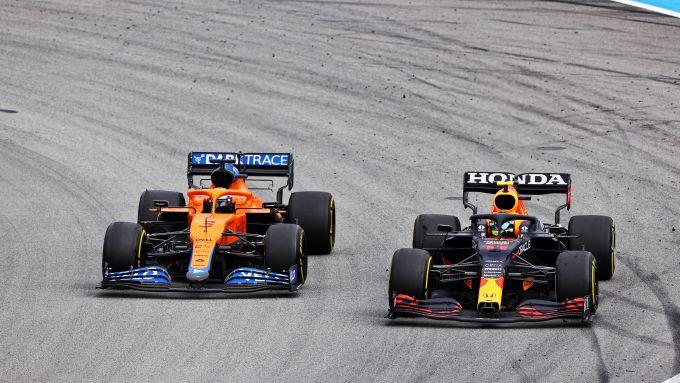 F1 GP Spagna 2021, Barcellona: Daniel Ricciardo (McLaren) in lotta con Sergio Perez (Red Bull)