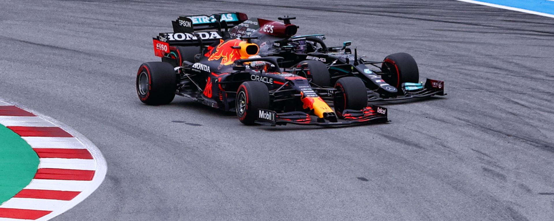 F1 GP Spagna 2021, Barcellona: il sorpasso di Verstappen (Red Bull) a Hamilton (Mercedes) al via