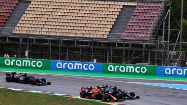 F1 GP Spagna 2021, Barcellona: il sorpasso di Verstappen (Red Bull) ai danni di Hamilton (Mercedes)