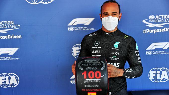 F1 GP Spagna 2021, Barcellona: Lewis Hamilton (Mercedes AMG F1) con il trofeo per la pole position