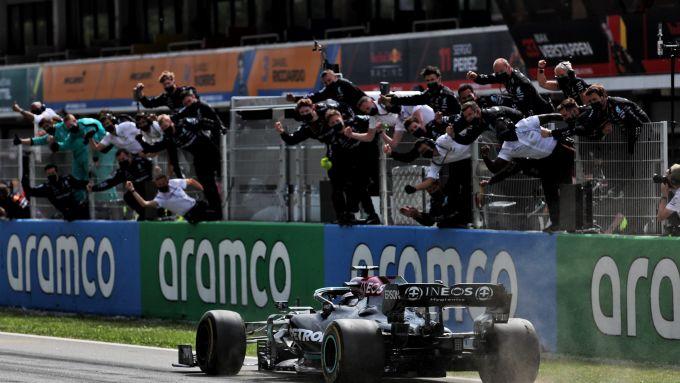 F1, GP Spagna 2021: Lewis Hamilton taglia il traguardo da vincitore sotto al muretto Mercedes