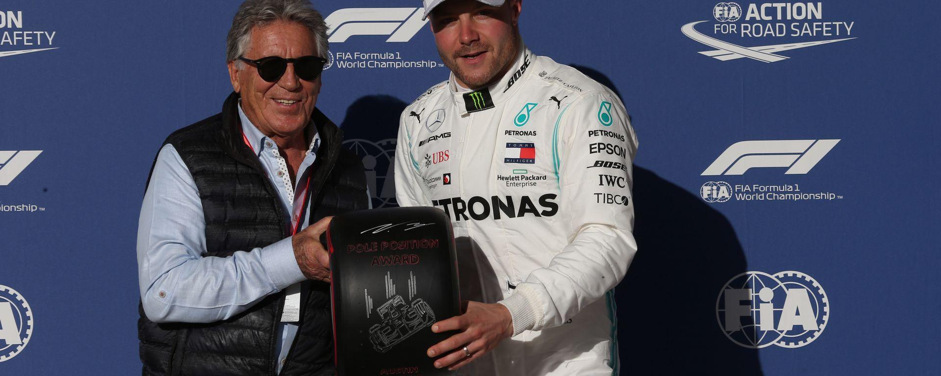F1 GP Stati Uniti 2019, Austin: Valtteri Bottas (Mercedes) riceve il trofeo della pole da Mario Andretti