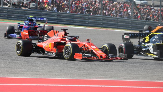 F1, GP Stati Uniti 2019: Sebastian Vettel (Ferrari) superato da Daniel Ricciardo (Renault)