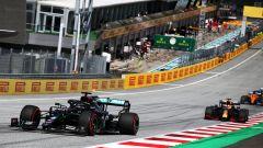 F1, GP Stiria 2020: Lewis Hamilton (Mercedes) guida il gruppo nelle prime fasi di gara