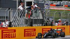 F1, GP Stiria 2020: Lewis Hamilton (Mercedes) sotto alla bandiera a scacchi