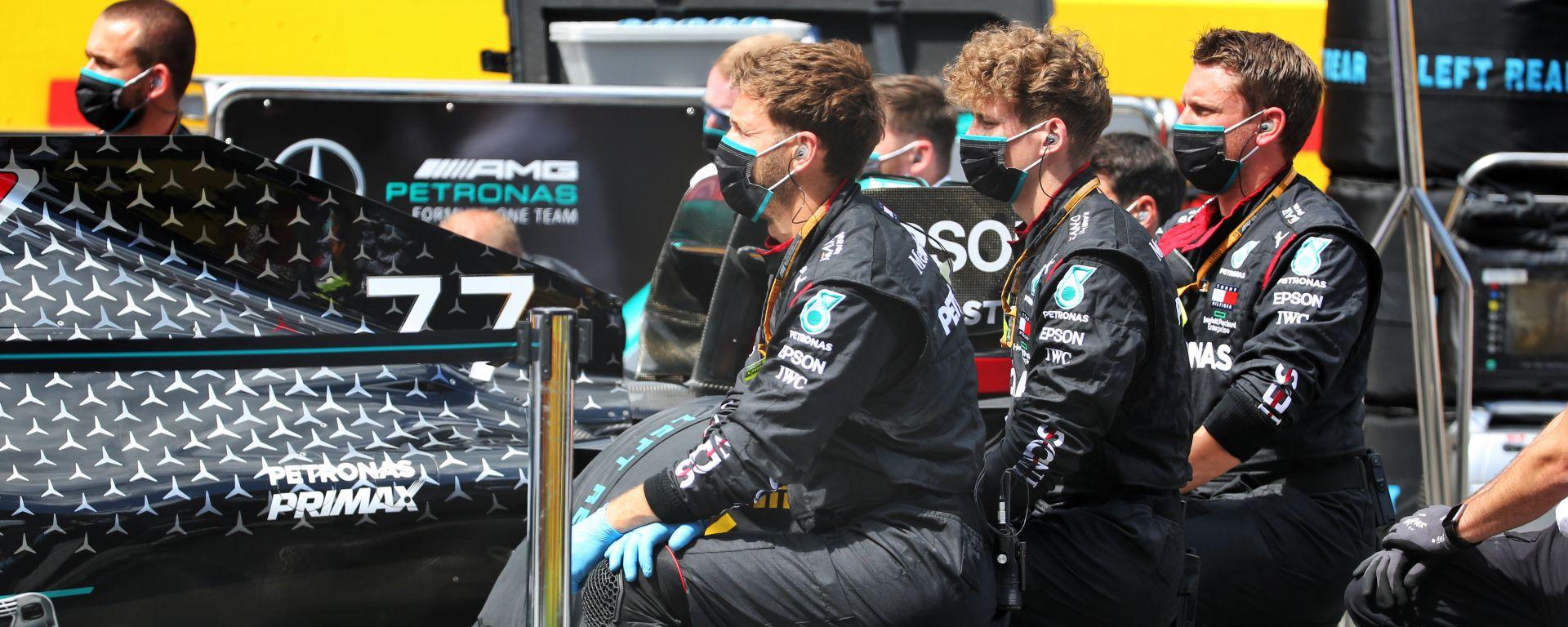 F1, GP Stiria 2020: meccanici Mercedes inginocchiati al momento dell'inno