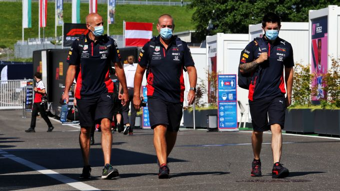 F1, GP Stiria 2020: meccanici Red Bull nel paddock del Red Bull Ring