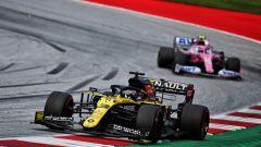 F1 GP Stiria 2020, Red Bull Ring: Daniel Ricciardo (Renault) davanti a una delle Racing Point
