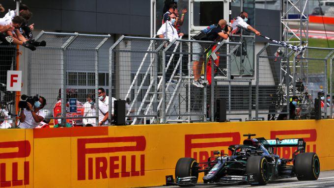 F1 GP Stiria 2020, Red Bull Ring: Lewis Hamilton (Mercedes) taglia per primo il traguardo