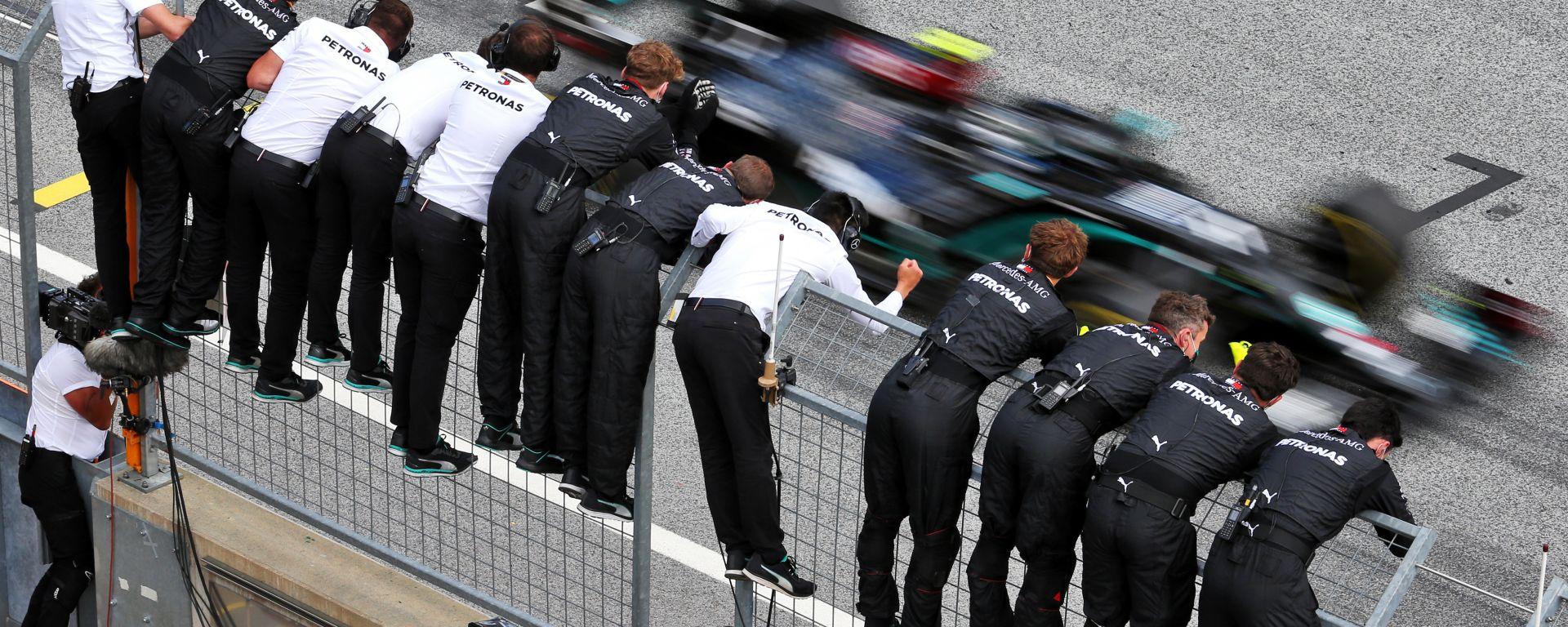 F1 GP Stiria 2020, Spielberg: il team Mercedes festeggia la doppietta Hamilton-Bottas