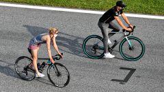 F1, GP Stiria 2020: Valtteri Bottas arriva al circuito in bici con la fidanzata dopo una pedalata di 900 km