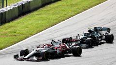 F1, GP Stiria 2021: Kimi Raikkonen completa il sorpasso su Sebastian Vettel