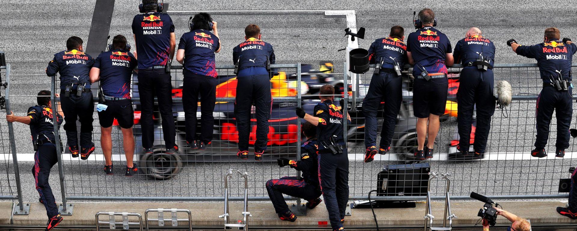 F1, GP Stiria 2021: Max Verstappen esulta sotto il muretto Red Bull