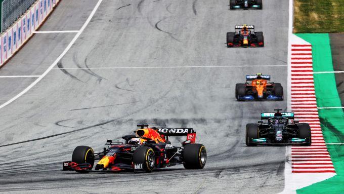 F1, GP Stiria 2021: Max Verstappen guida il gruppo davanti a Lewis Hamilton