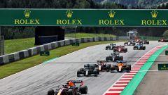 F1, GP Stiria 2021: Max Verstappen guida il gruppo nel corso del primo giro