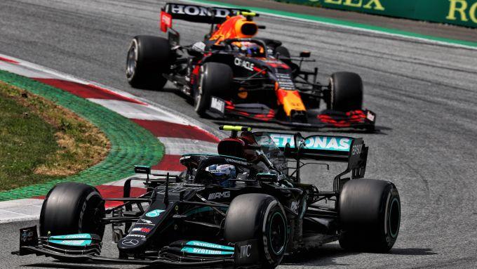 F1 GP Stiria 2021, Spielberg: Valtteri Bottas (Mercedes) davanti a Sergio Perez (Red Bull)