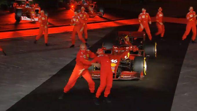 F1, GP Toscana 2020: il balletto per i 1000 GP Ferrari sintetizza la reazione di un tifoso ai risultati della Rossa