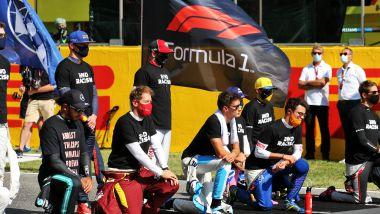 F1 GP Toscana 2020, Mugello: il momento anti-razzista con alcuni piloti in piedi e altri in ginocchio