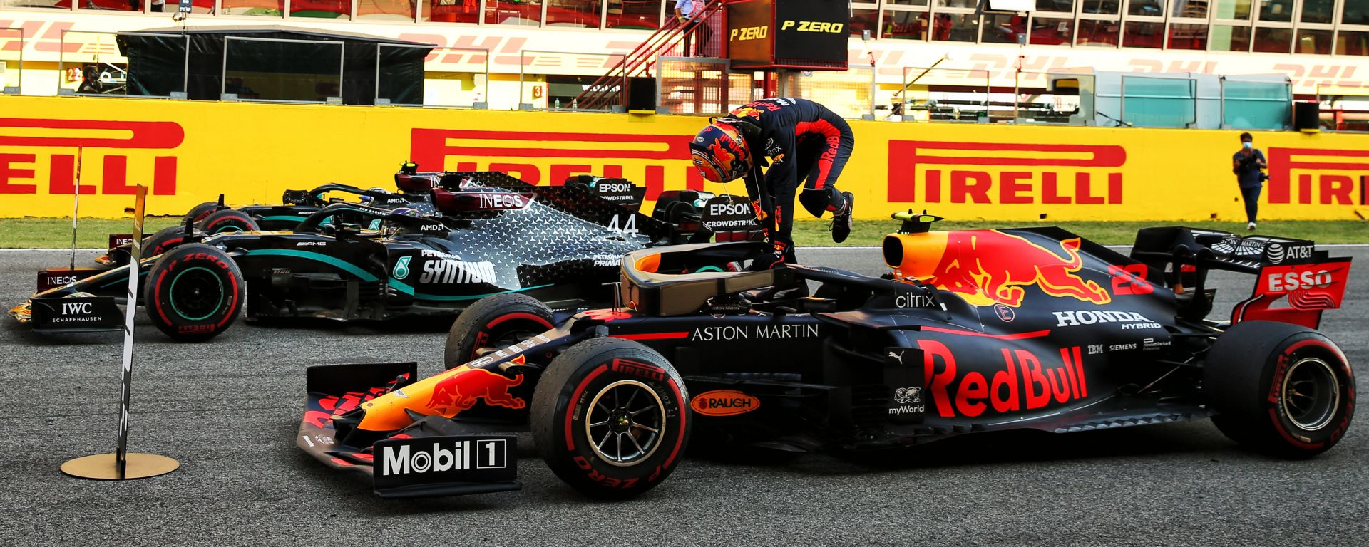 F1 GP Toscana 2020, Mugello: Lewis Hamilton (Mercedes) e Alexander Albon (Red Bull) all'arrivo