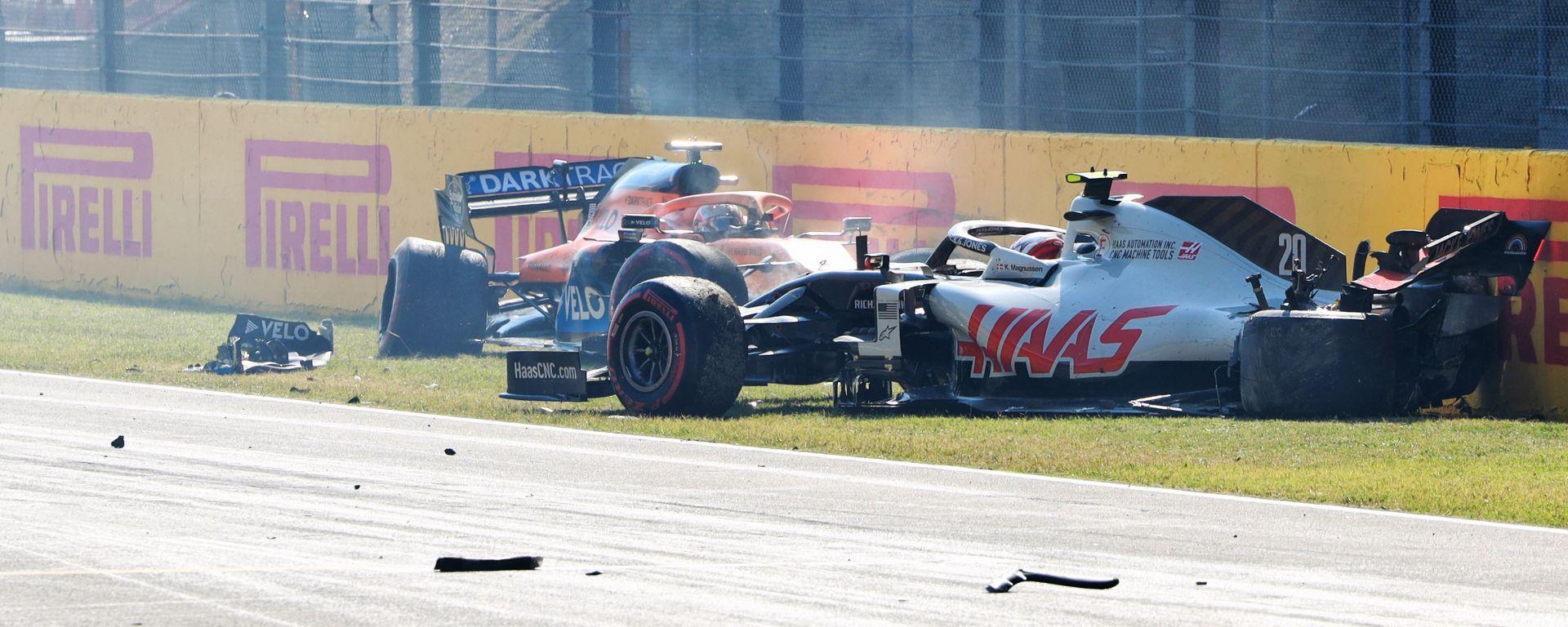 F1 GP Toscana 2020, Mugello: Magnussen (Haas) e Sainz (McLaren) dopo l'incidente alla ripartenza