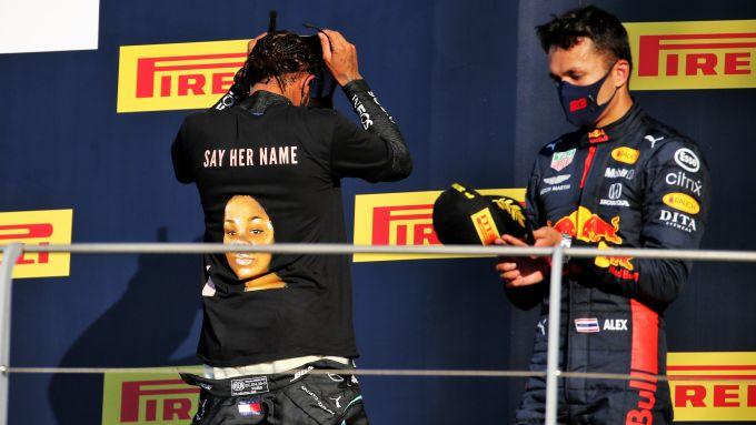 F1, GP Toscana: il retro della maglietta indossata da Lewis Hamilton, con il ritratto di Breonna Taylor