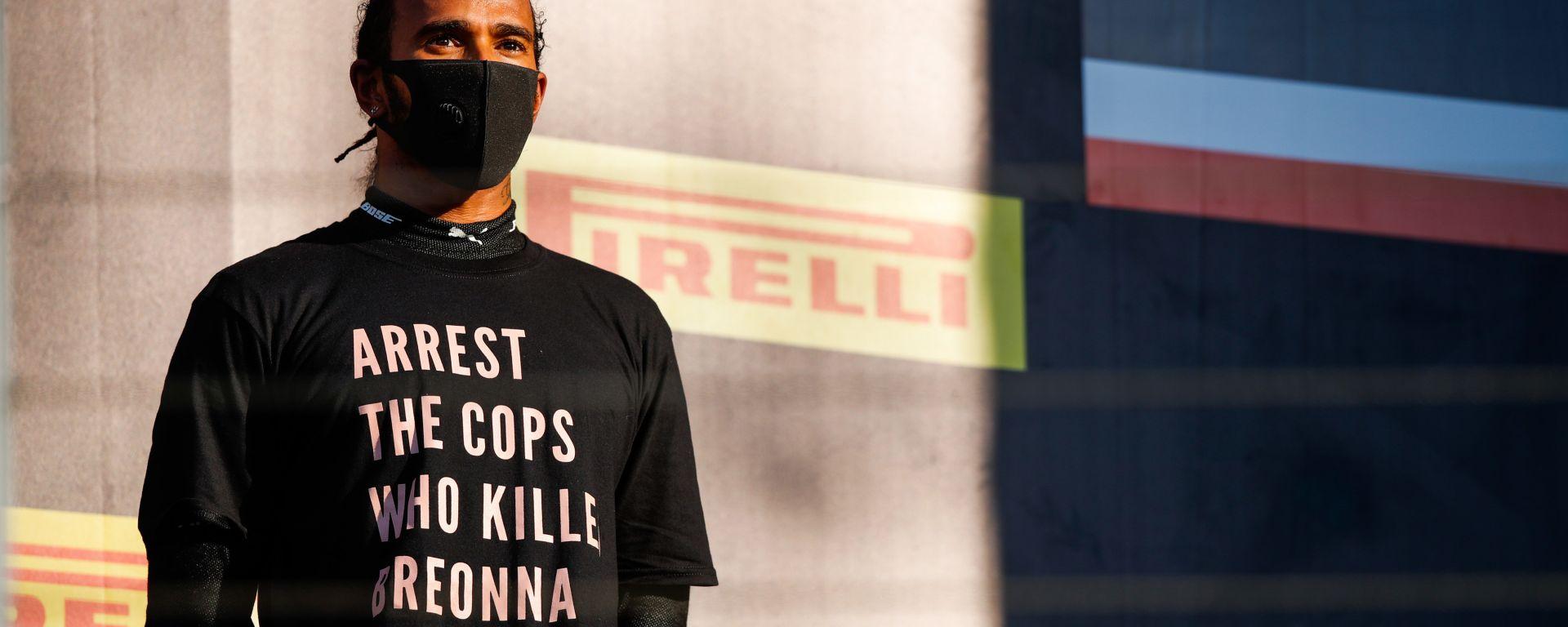 F1, GP Toscana: Lewis Hamilton (Mercedes) sul podio con la maglietta che chiede l'arresto dei poliziotti coinvolti nel caso di B