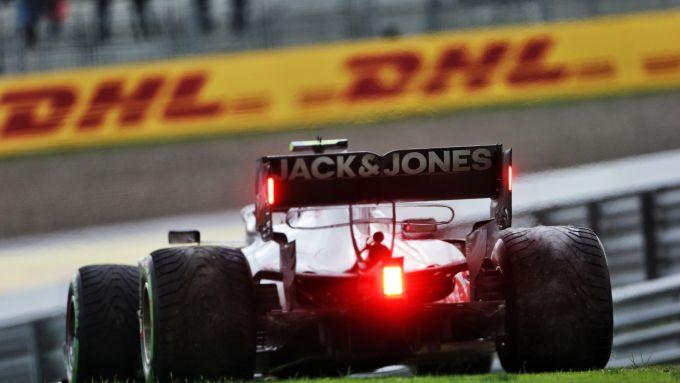 F1 GP Turchia 2020, Istanbul: Kevin Magnussen (Haas) fermo in fondo alla pit-lane