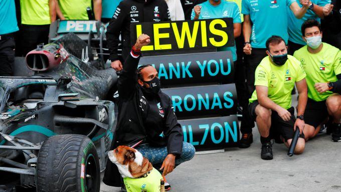 F1 GP Turchia 2020, Istanbul: Lewis Hamilton festeggia con il team Mercedes dopo il titolo