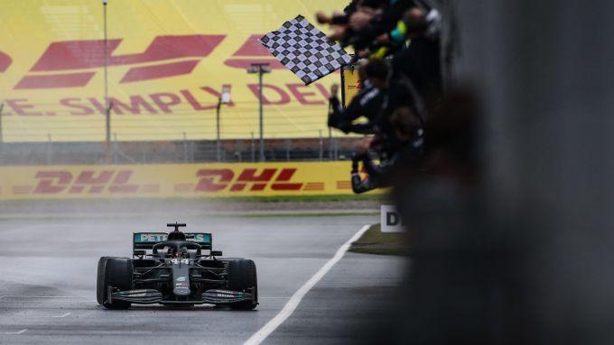 F1 GP Turchia 2020, Istanbul: Lewis Hamilton (Mercedes AMG F1) taglia il traguardo
