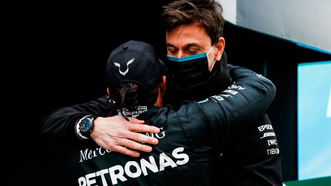 F1 GP Turchia 2020, Istanbul: Toto Wolff abbraccia Lewis Hamilton (Mercedes AMG F1)