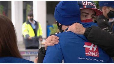 F1, GP Turchia 2021: Fernando Alonso abbraccia Mick Schumacher