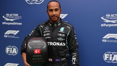 F1 GP Turchia 2021, Istanbul: Lewis Hamilton (Mercedes AMG F1) con il ruotino del poleman