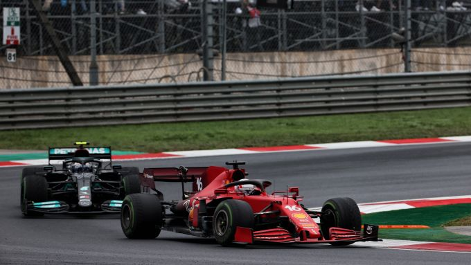 F1 GP Turchia 2021, Istanbul Park: Charles Leclerc (Ferrar) prova a difendersi da Valtteri Bottas (Mercedes)