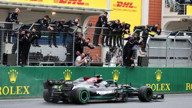 F1 GP Turchia 2021, Istanbul: Valtteri Bottas (Mercedes AMG F1) transita per primo al traguardo