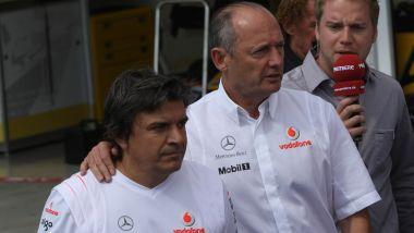 F1: GP Ungheria 2007, Ron Dennis (McLaren) con il fisioterapista di Alonso